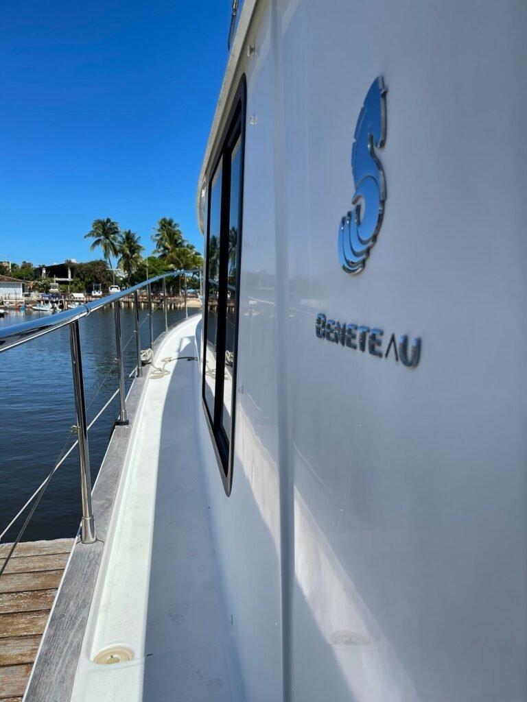 (7).Boat Lux 44 pes ( duas suites ,climatizada, sala ,cozinha e andar superior) Beneteau